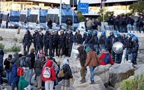 """Con la sinistra al governo L'ira della polizia: """"I migranti ci tirano i sassi e noi dobbiamo tacere"""". Business più della dignità"""