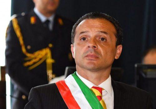 """Ora basta! Il sindaco di Messina contro Lamorgese: """"I migranti portali in Parlamento, prendo tutti a calci nel sedere"""""""
