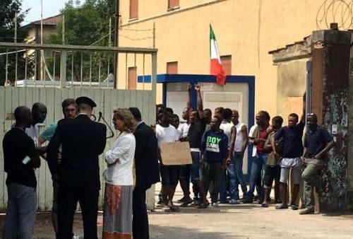 A Treviso è tutto fuori controllo, i migranti infettano agenti e residenti