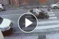 Napoli sotto choc, uomo travolto sulle strisce da un'auto che non si ferma: una scena orribile  [Video]