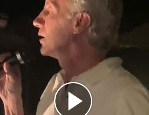 """[Ego] Travaglio si improvvisa cantante sulle note di Renato Zero in Costa Smeralda: """"se ti do il pelo tu cosa mi dai"""", e il web insorge: """"Ha trovato il suo vero lavoro"""" [Video]"""