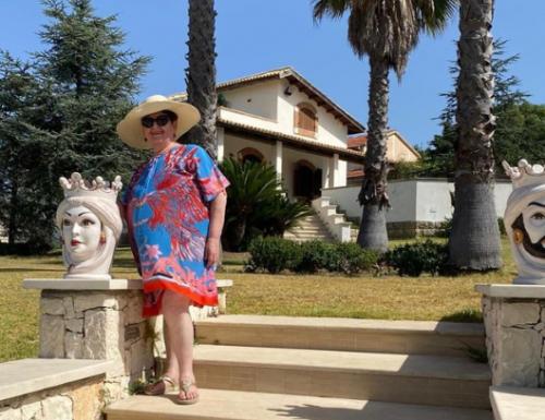 """Teresa Bellanova se la passa da Regina, la foto di compleanno davanti alla villa: """"Potrebbe ospitare un migliaio di clandestini"""". Ma non ne vuol sentir parlare…"""