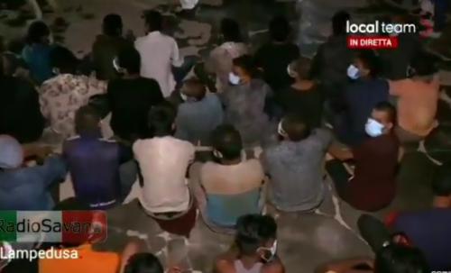 Vergogna senza precedenti a Lampedusa: gli italiani protestano contro i migranti e vengono allontanati. In Italia possono protestare solo i migranti [Video]