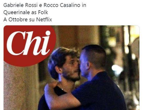 """Casalino, a pancia piena, cambia fidanzato: """"Chi"""" lo paparazza con l'attore Gabriele Rossi e il gossip impazza"""