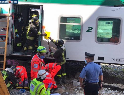 Strage sfiorata a Carnate, treno di Trenord deraglia in stazione: quattro carrozze si ribaltano, due macchinisti feriti
