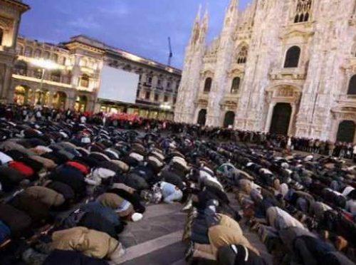 Panico e terrore  al Duomo di Milano: immigrato armato di coltello minaccia una guardia