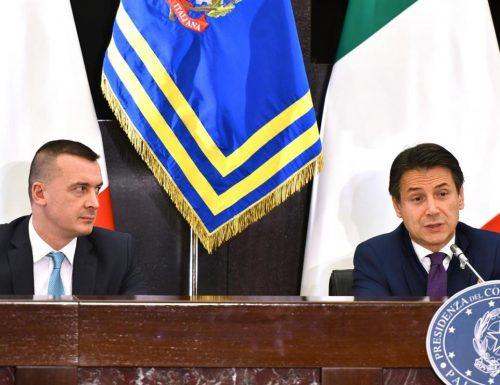 """Coronavirus, riparte la fregatura: riunione governo-Regioni: """"Movida e rientri dall'estero, nuova stretta"""". Ma non una parola sui centri d'accoglienza"""