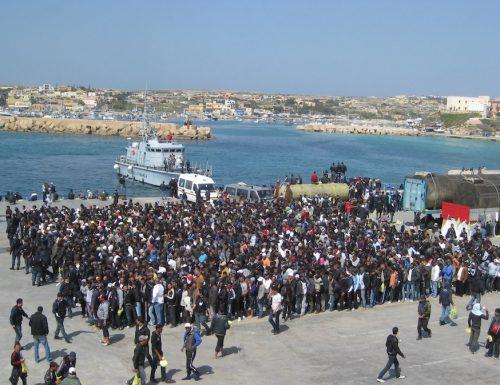 """Lampedusa è scoppiata, altri 1500 migranti. Il sindaco: """"Conte è sparito, farò una protesta clamorosa"""""""
