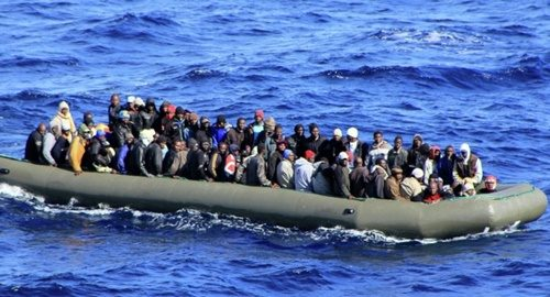 """Lo schifo dei trafficanti per farci invadere dai migranti: """"Bucatevi il gommone"""". Quando avvistano un aereo fingono di affondare per farsi salvare"""