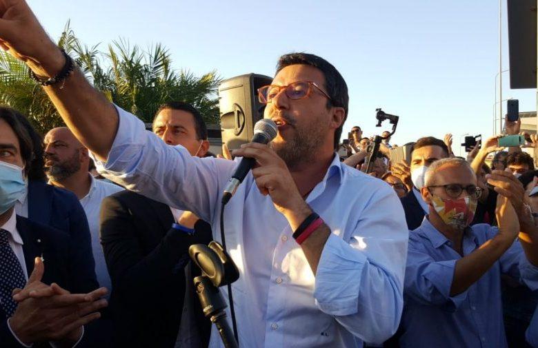 """Salvini manda al manicomio i contestatori: """"Sfigatelli, andate a cantare """"Bella Ciao"""" al Festival"""""""