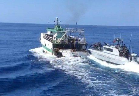 """Lampedusa, traffico in mare, peschereccio tunisino sperona motovedetta italiana. Meloni: """"Pene severe"""" [Video]"""