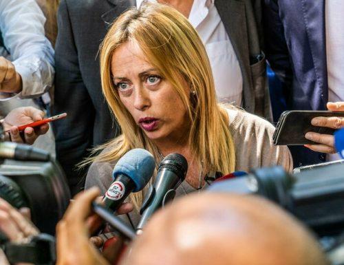 """Giorgia Meloni a valanga su  Conte e Azzolina: """"Sulla scuola avete solo gettato milioni di euro per i banchi a rotelle"""""""