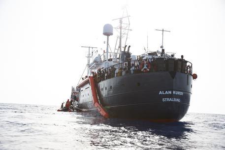Migranti, accoglie solo l'Italia: il governo si genoflette ai no di Francia, Germania e Malta. La Alan Kurdi sbarca in  Sardegna