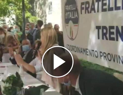"""La Meloni al governo Conte: """"Gli immigrati fanno quello che vogliono, gli italiani inseguiti con i droni. Vergogna"""" [Video]"""