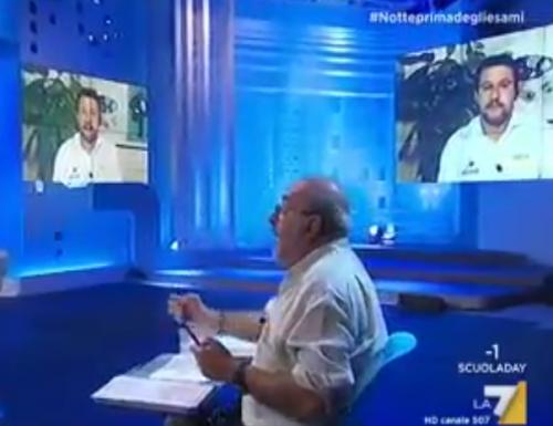 """Matteo Salvini frena il comunista Vauro a Notte prima degli esami. Vignette fuori luogo. Quella sui figli e la Meloni """"non mi fanno ridere"""" [Diretta]"""
