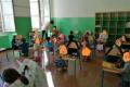 La grillina Azzolina mette la scuola in ginocchio e non solo, anche i ragazzi. I banchi non ci sono. La foto vergogna  diventa un caso nazionale