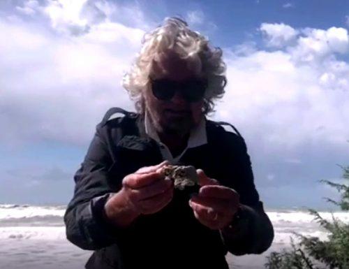 """L'ultima follia di Beppe Grillo: """"Pietra pomice per pulire il cu** a mille euro"""""""
