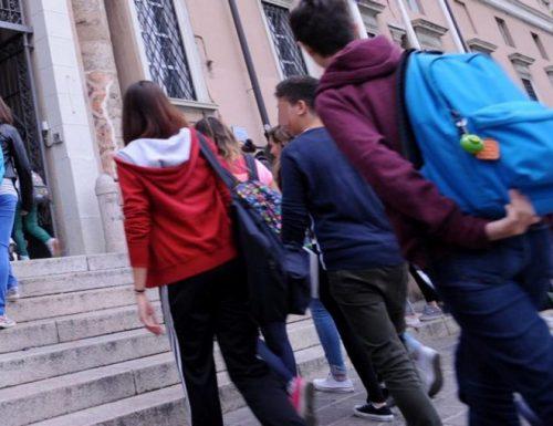"""Scuola, presidi in rivolta: """"Mancano i banchi, ci hanno abbandonati: all'uscita caos e assembramenti"""""""