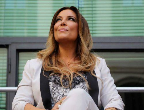 """Come si fa a scherzare sulla salute altrui? La Lucarelli a sangue freddo su Berlusconi: """"Ha la prostatite non il Covid"""". Il web la distrugge: """"Piccola donna"""""""