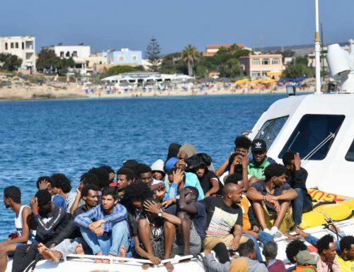 """Immigrazione, la denuncia di Salvini: """"Lampedusa sotto assedio, raffica di sbarchi in poche ore"""""""