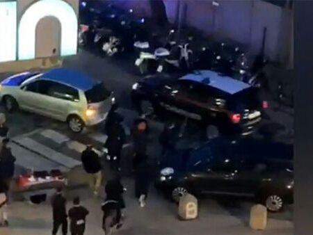 Si ribellano ai controlli: calci contro l'auto dei carabinieri. Meloni: delinquenti [Video]