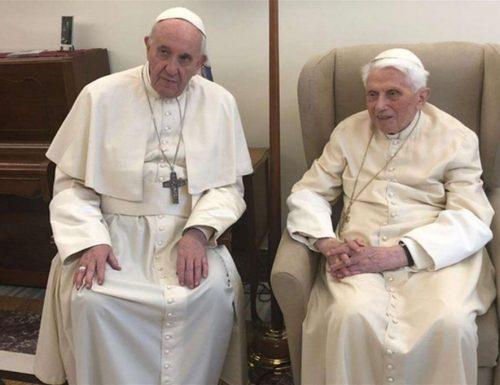 """Papa Bergoglio si schiera a sinistra: """"Sì alle unioni civili per le coppie gay"""". E chiama due """"mammi"""""""