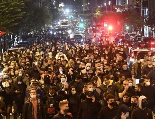 Parte il coprifuoco, e non mancano gli scontri a Napoli: lancio di oggetti e lacrimogeni, tensione alle stelle