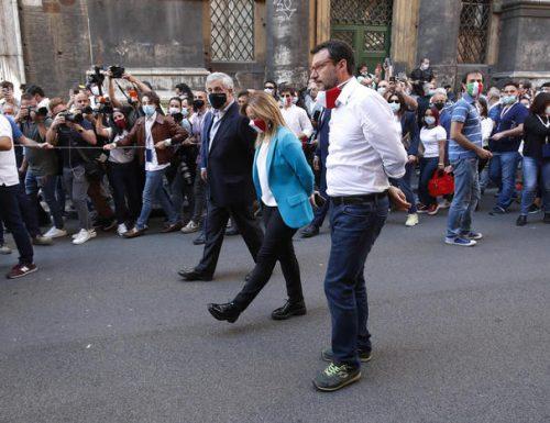 """Meloni e Salvini in piazza al fianco dei  commercianti: per noi non siete """"sacrificabili"""" [Video]"""
