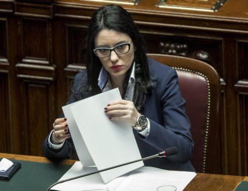 """I grillini stanno distruggendo la Scuola, Azzolina sotto accusa: altri istituti """"chiusi per Covid"""", liceali costretti alle lezioni da casa"""