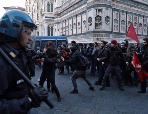 Firenze, centri sociali in azione: scontri con la polizia, bombe molotov, lanci di bottiglie di vetro