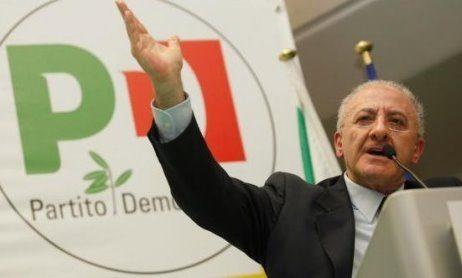 """Striscia la notizia sputtana il modello fallimentare di De Luca, l'inviato Luca Abete all'Asl1 di Napoli: """"In fila dalle 5 per fare il tampone"""", e viene pure cacciato…"""