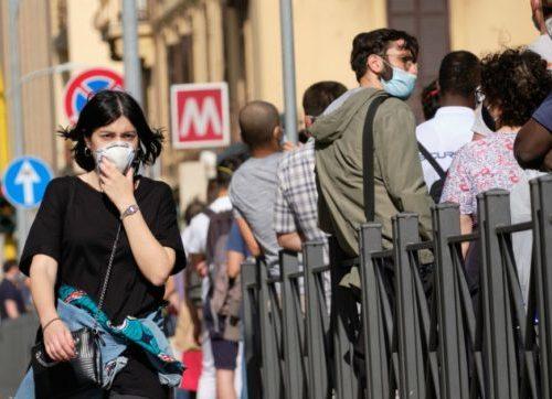 Nuova stretta, mascherine all'aperto: sanzioni fino a 1000 euro per chi non le indossa. Ecco le nuove disposizioni