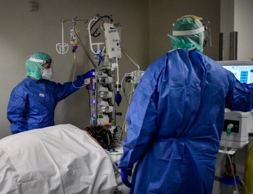 Covid come il tagadà, 699 morti. Risalgono i contagi: 37.242 nuovi casi. Aumentano anche i pazienti in terapia intensiva
