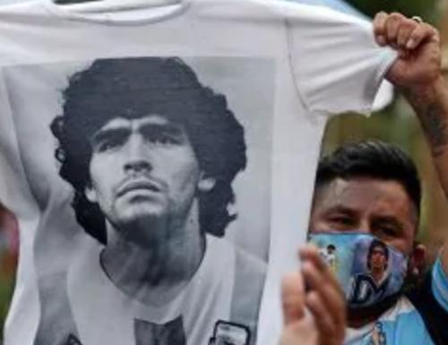 I saluti a Maradona: assembramenti e disordini alla camera ardente nella Casa Rosada L'emozione è tanta
