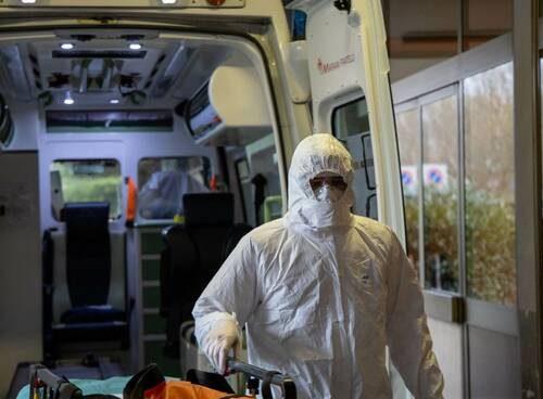 """Covid, 822 morti: """"Siamo al picco"""", e il vaccino richiede nuovi studi"""