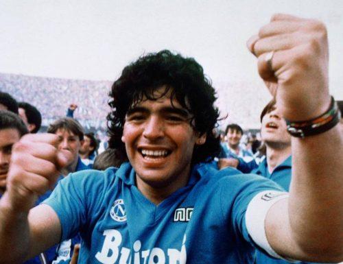 È morto Maradona: è stato il più grande giocatore della storia del calcio mondiale, protagonista di anni indimenticabili