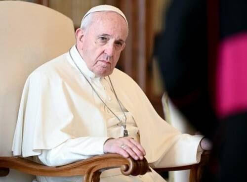 """Affari Vaticani: Papa Francesco e il """"like"""" alla foto della modella. Il Vaticano chiede spiegazioni a Instagram"""