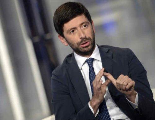 """Il ministro Speranza si sputa sulla mano e se la prende con gli italiani: """"Troppa gente in giro"""". E annuncia il lockdown duro"""