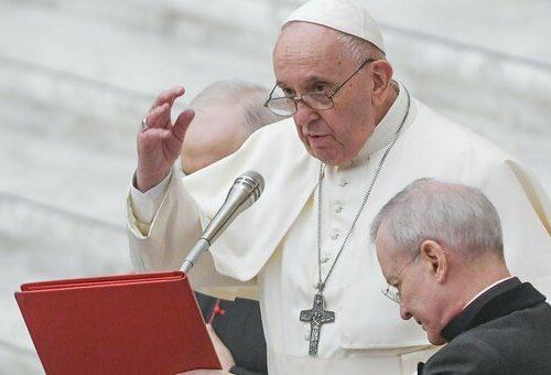 Confusione in Vaticano, si fanno più insistenti le voci di posibili dimissioni di Papa Francesco. Il giallo dei like