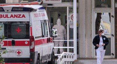 Il caso a Napoli, sputi e offese a medici e sanitari