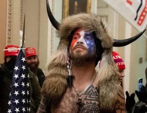 """L'assalto a Capitol Hill finisce male, arrestato lo """"Sciamano"""" Jake Angeli: """"Orgoglioso di quello che ho fatto"""""""