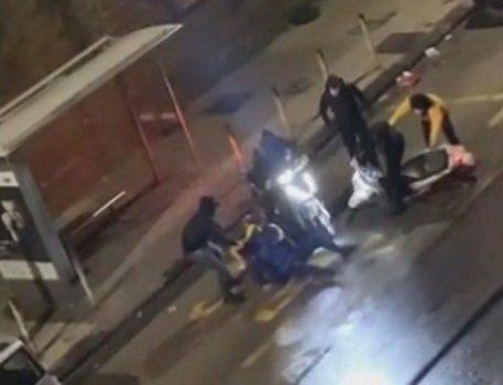 A Napoli neanche i rider stanno sereni, in sei lo aggrediscono: calci e pugni per rubargli il motorino