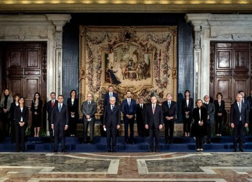 I ministri giurano in fila per 6 col resto di 2, inizia la buffonata: in fila per tre e senza mascherina per l'album dei ricordi