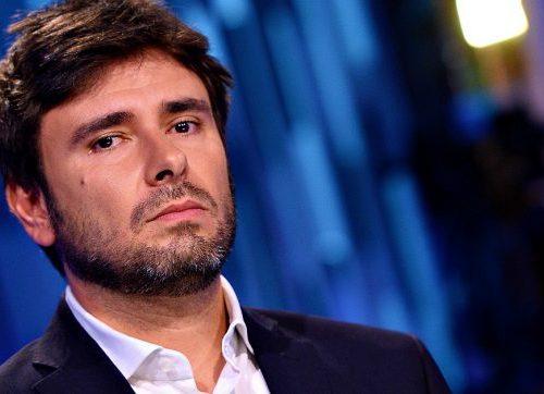 M5s, Di Battista come Renzi: farà un nuovo partito. Ma lui batte i pugni sulla scrivania: non sono come Renzi…