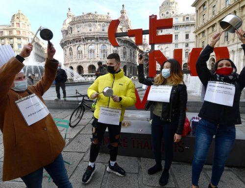 A Genova i ristoratori protestano contro le chiusire. Investita una donna