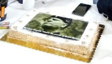 A Napoli è vietato festeggiare come cazzo gli pare, va in pensione e ordina una torta col volto di Mussolini: alla sinistra vengono le coliche e scatena l'inferno