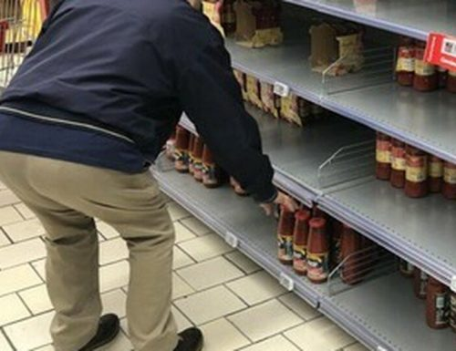 Un giorno di ordinaria follia: positivo al Covid si sputa sulle mani e tocca con le dita i prodotti nei supermercati e le maniglie