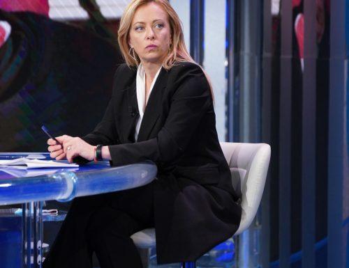 """Giorgia Meloni a valanga contro  Draghi: """"Stiamo indebitando i nostri figli, non buttiamo soldi in cretinate"""""""