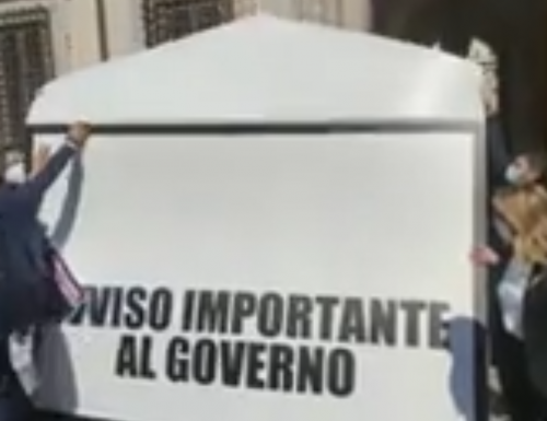 """Fratelli d'Italia chiama Draghi: """"C'è posta per te"""". Flash mob a Palazzo Chigi. Nell'occhio del ciclone: le cartelle esattoriali (Video)"""