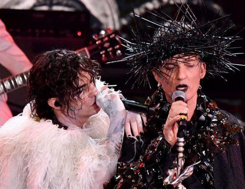 Bufera su Fiorello a Sanremo. La corona di spine, il bacio gay e le volgarità mandano in delirio il vescovo
